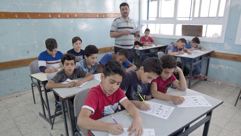 أطفال فلسطينيون يتعلمون في مدرسة للاجئين تديرها «أونروا» في الضفة الغربية.  أ.ب