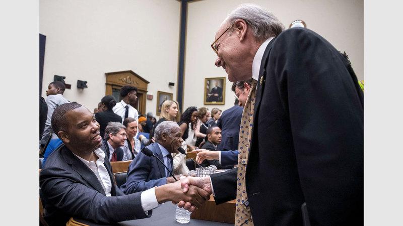 ستيف كوهين يصافح عدداً من الشخصيات الذين شاركوا في جلسة الاستماع. غيتي