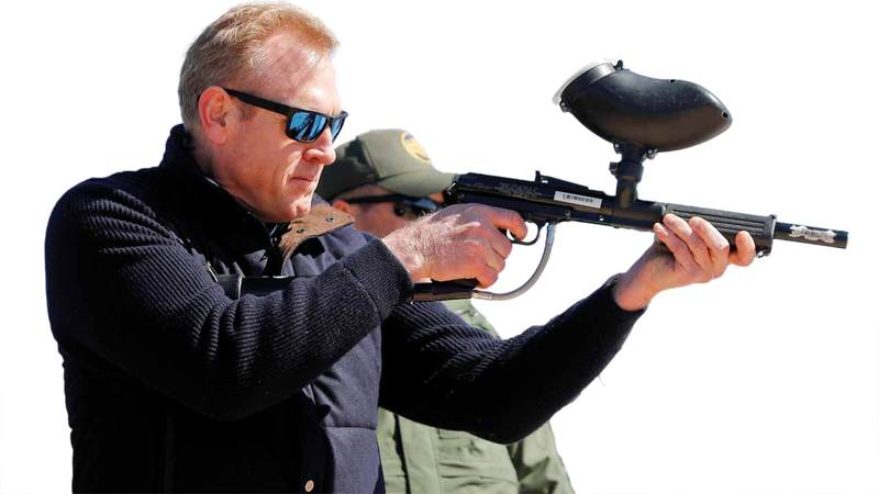 وزير الدفاع بالوكالة يجرب إحدى البنادق المعدلة. رويترز