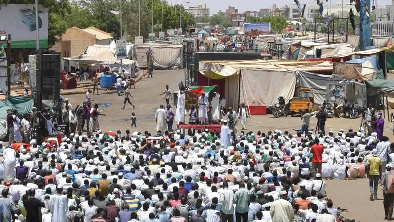 المحتجون السودانيون يحضرون صلاة الجمعة في الخرطوم العاصمة. أ.ف.ب