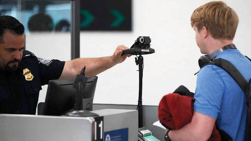 تقنية التعرف إلى الوجه تساعد على تسريع الإجراءات الأمنية في المطارات. غيتي