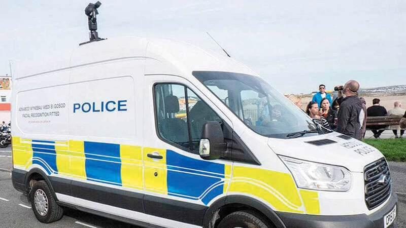 الشرطة تستخدم تقنية التعرف إلى الوجوه من أجل ضبط الأمن على الطريق.  غيتي
