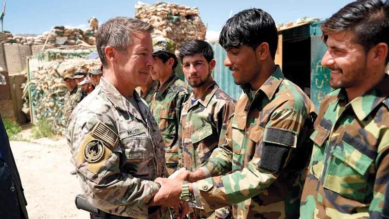 قائد قوات التحالف في أفغانستان سكوت ميلر يحيّي قوات الجيش الأفغاني.  أ.ف.ب