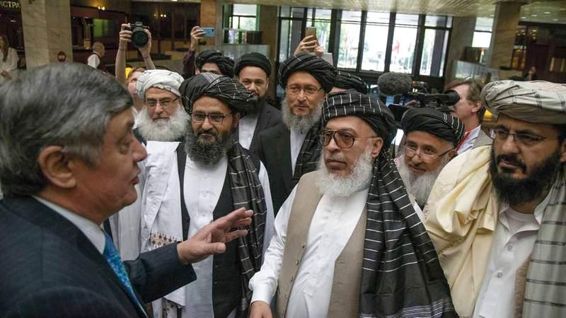 المبعوث الرئاسي الروسي لأفغانستان زامير كابولوف يتحدث مع مجموعة من قادة «طالبان». غيتي