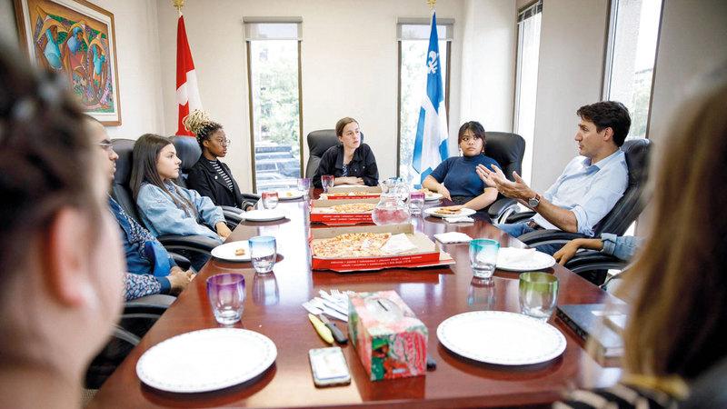 ترودو خلال الاجتماع وتبدو على الطاولة أدوات طعام بلاستيكية.  من المصدر