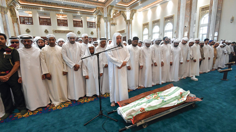 المشيعون يؤدون صلاة الجنازة على جثمان الشهيد طارق عبدالله الحواي. تصوير: مصطفى قاسمي