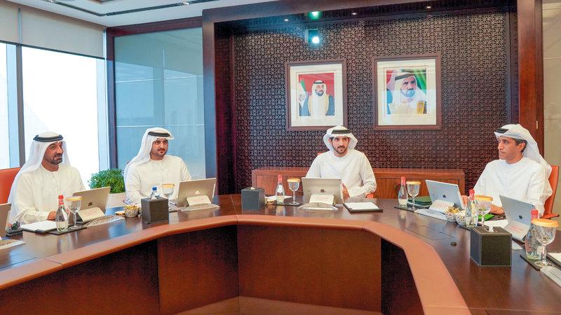 حمدان بن محمد خلال ترؤسه اجتماع المجلس التنفيذي بحضور مكتوم بن محمد. وام
