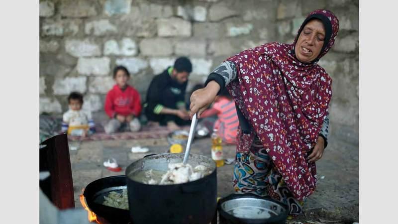 الطهي على الحطب بديل غاز الطهي غير المتوافر في المنازل. الإمارات اليوم