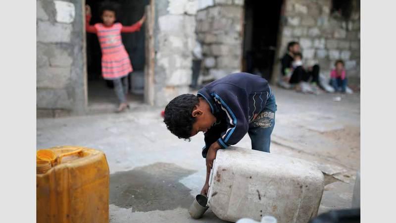 تنعدم مقومات الحياة من مياه وبنية تحتية في المخيم. الإمارات اليوم