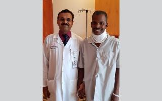 الصورة: فريق طبي ينقذ عاملاً من الشلل الكامل بعملية جراحية عاجلة برأس الخيمة