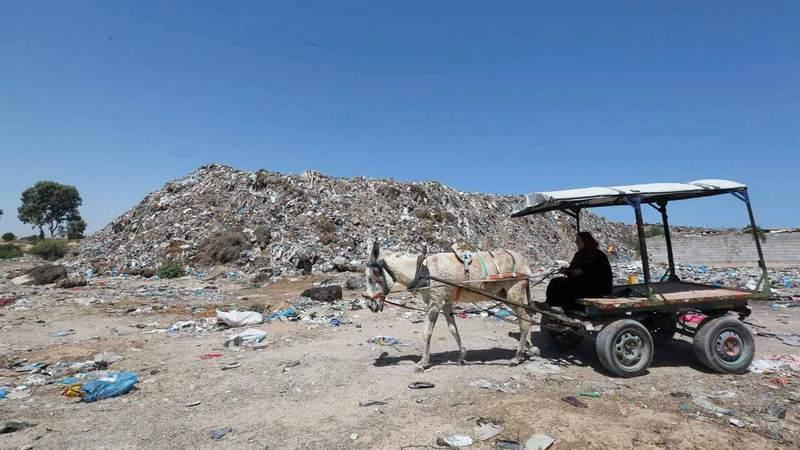 «أم محمد» تعمل 12 ساعة يومياً بحثاً عن الحجارة لبيعها. من المصدر