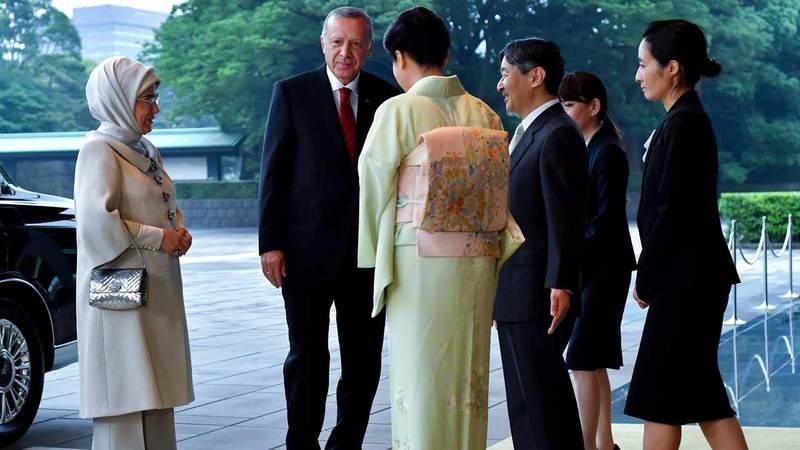 أمينة أردوغان تحمل حقيبة يد غالية الثمن. أ.ب