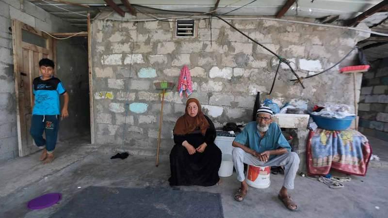 «أم محمد» تتحمل مشاق العمل لتوفير لقمة عيش أطفالها. من المصدر