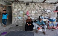 الصورة: «ركام المنازل المدمرة» مصدر دخل سيدة غزية لتوفير لقمة العيش