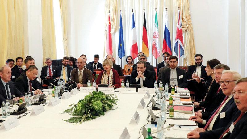 كبير المفاوضين الإيرانيين عباس عرقجي في اجتماع مع كبيرة الدبلوماسيين الأوروبيين هيلغا شميدت في فيينا لبحث الاتفاق النووي الإيراني.  رويترز
