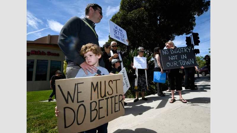 أقرباء ضحايا المعبد اليهودي في كاليفورنيا يطالبون بالحدِّ من القتل الجماعي. أ.ب