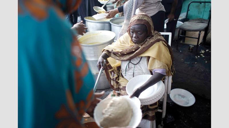 عوضية أعدت 5000 وجبة إفطار مرة واحدة للاعتصام في رمضان.  غيتي
