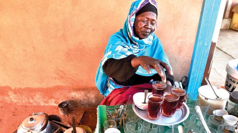 «كوكو» في مطبخها لصناعة الشاي.  غيتي