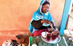 الصورة: عوضية كوكو.. بائعة الشاي وسيدة الثورة الأولى في السودان