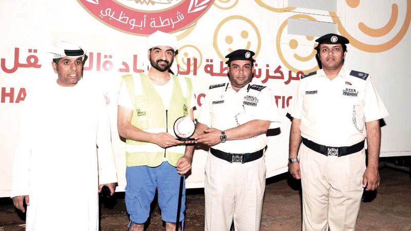 شرطة أبوظبي تكرّم الفريق خلال مشاركته في فعالية «تل مرعب».من المصدر