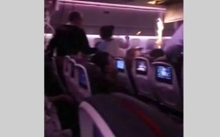 """الصورة: بالفيديو.. إصابة العشرات على متن طائرة بسبب """"اضطرابات مفاجئة"""""""