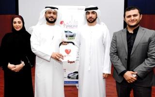 الصورة: «إسعاف دبي» تمنح «دبي للإعلام» أحدث جهاز للإنعاش