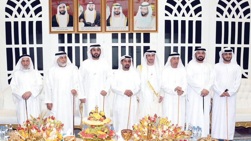 4- جانب من الشخصيات مع العريس خلال الحفل