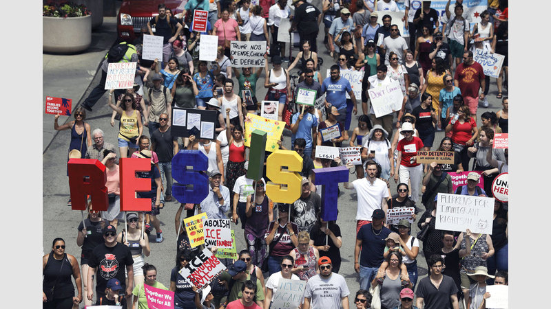 الآلاف يتظاهرون ضد قرار ترامب.  أ.ب