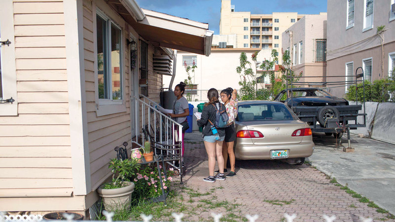 حملة توعية لأنصار الهجرة في ولاية فلوريدا بمنع فتح بيوتهم لأي شخص من دون إذن تفتيش من النيابة لإفشال حملة ترامب.  أ.ف.ب