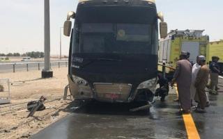 الصورة: شرطة أبوظبي تقدم الدعم لـ 52 معتمراً عُمانياً تعرضت حافلتهم لحادث