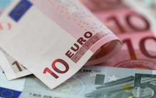 الصورة: اليورو عند أدنى مستوى في أسبوع مع تنامي التوقعات بتعزيز سياسة التيسير