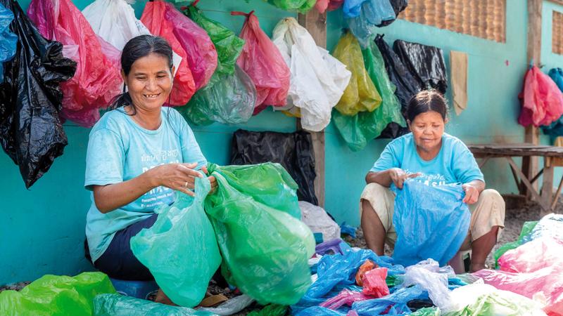 يجمعن أكياس البلاستيك لبيعها.  أرشيفية
