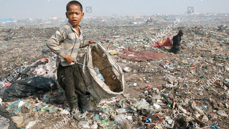 فقراء كمبوديا يتاجرون في البلاستيك الملوّث دون إدراك للأخطار الصحية. إي.بي.إيه