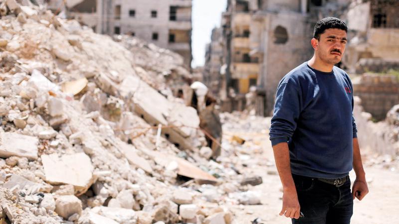 أحد سكان حلب يقف أمام ركام منزله الواقع شرق حلب التي سيطر عليها المعارضون.  رويترز