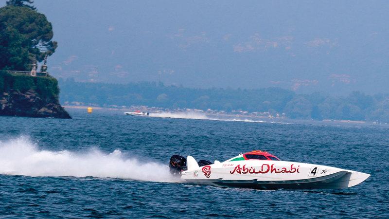 زورق أبوظبي 4 يبحر بنجاح نحو المركز الأول. من المصدر