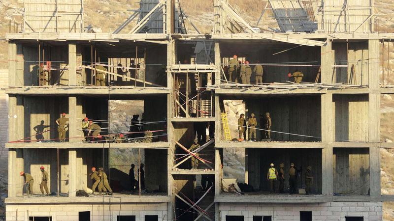 المنشآت الكبيرة هُدمت بواسطة القنابل المتفجرة. الإمارات اليوم
