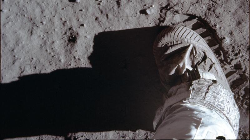 أول قدم إنسان تطأ سطح القمر. أ.ب