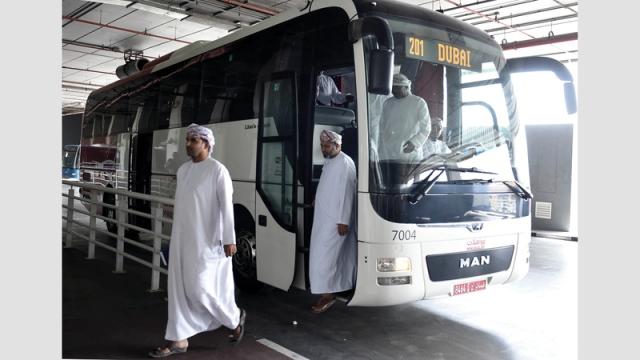 «طرق دبي» تطالب سائقي خط «دبي - مسقط» بشهادة لياقة طبية - الإمارات اليوم