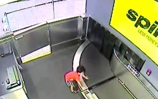الصورة: بالفيديو.. إصابة طفل بعد تسلله إلى حزام نقل الأمتعة في مطار أميركي