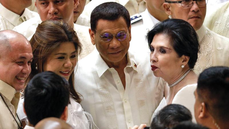 بعض البرلمانيين يلتفون حول الرئيس الفلبيني. أ.ب