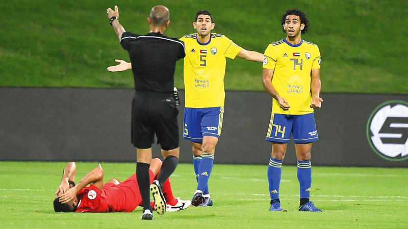 لاعب الظفرة عبدالله الرفاعي (يمين) شارك في 21 مباراة بدوري الموسم الماضي. تصوير: إريك أرازاس
