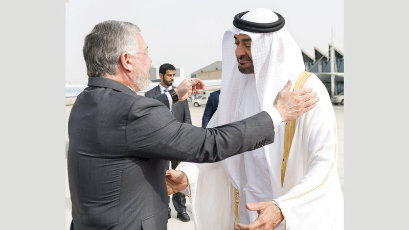 محمد بن زايد لدى استقباله ملك الأردن. وام