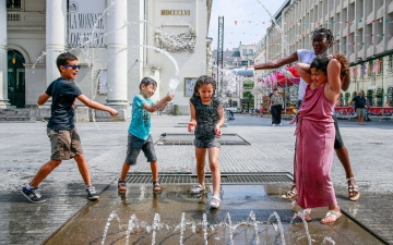 الصورة: بالصور.. أوروبا تهرب من الحر إلى نوافير المياه