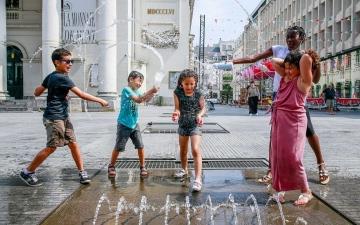 الصورة: بالفيديو.. أوروبا تطفئ حرارتها في نوافير المياه