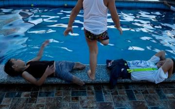 الصورة: العزيمة في 6 صور.. أطفال فلسطينيون يتحدون الإعاقة بالسباحة