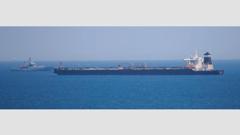 سفينة تابعة للبحرية الملكية البريطانية تحرس ناقلة النفط العملاقة «غريس 1» المشتبه في أنها تحمل نفطاً إيرانياً إلى سورية. رويترز