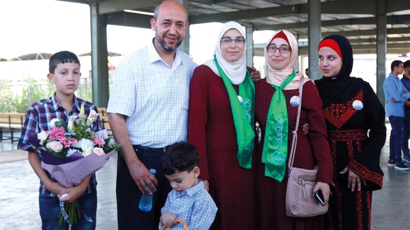 لحظة لقاء المحرّرة «لمى» بعائلتها عقب الإفراج. من المصدر