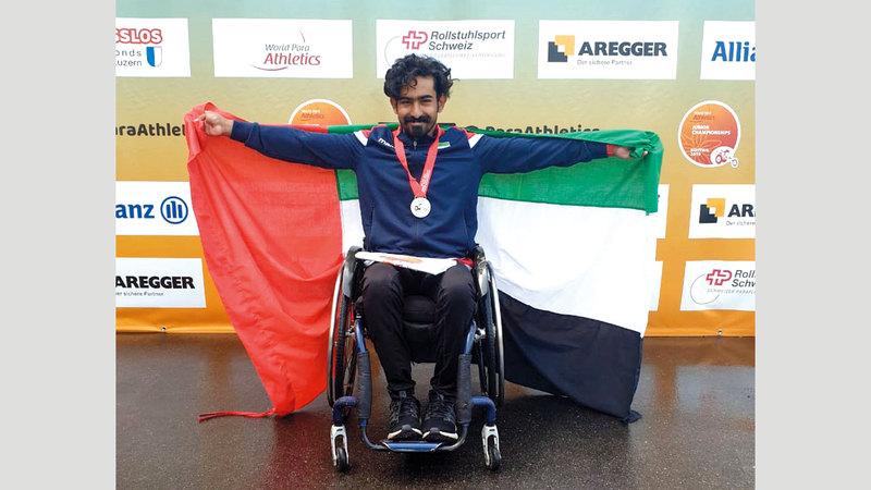 عبدالله الغافري يحتفل بالميدالية الفضية. من المصدر