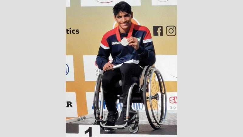 أحمد جاسم يزهو بالميدالية الذهبية. من المصدر