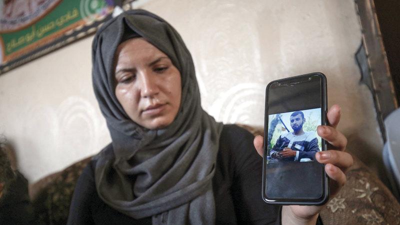 قريبة أحد القتلى بالرصاص الإسرائيلي تستعرض صورته: تعتبر إسرائيل الدفاع عن النفس إرهاباً. أ.ف.ب